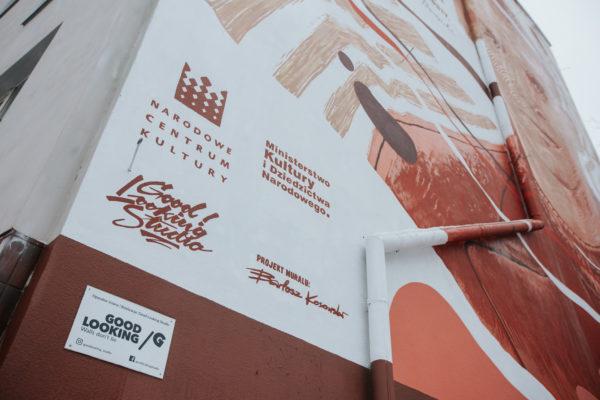 Loga instytucji odpowiedzialnych za powstanie muralu i podpis autora projektu.