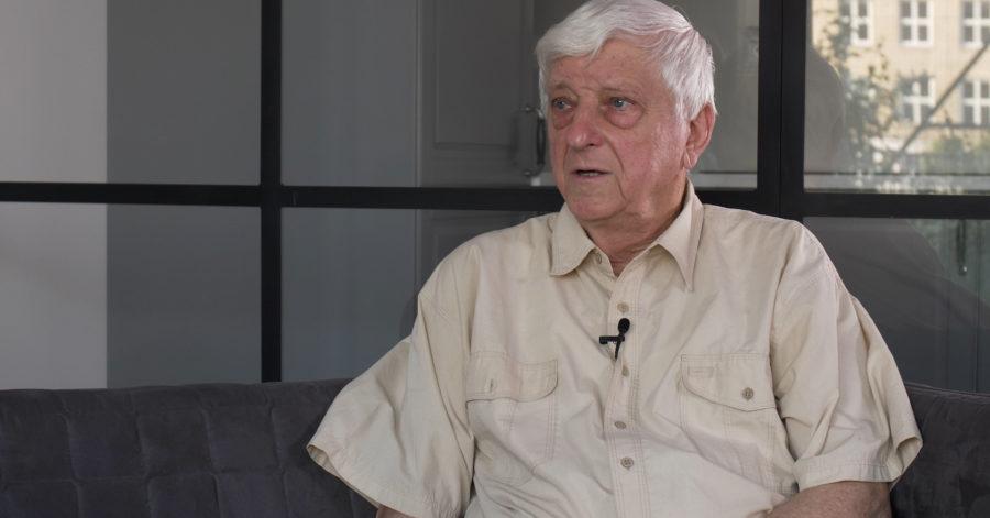 Starszy mężczyzna udziela wywiadu.