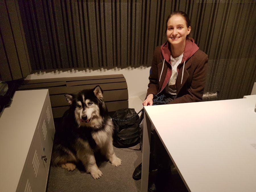 Joanna Longić (Tęskno) z psem Enzo podczas nagrania materiału w Narodowym Centrum Kultury
