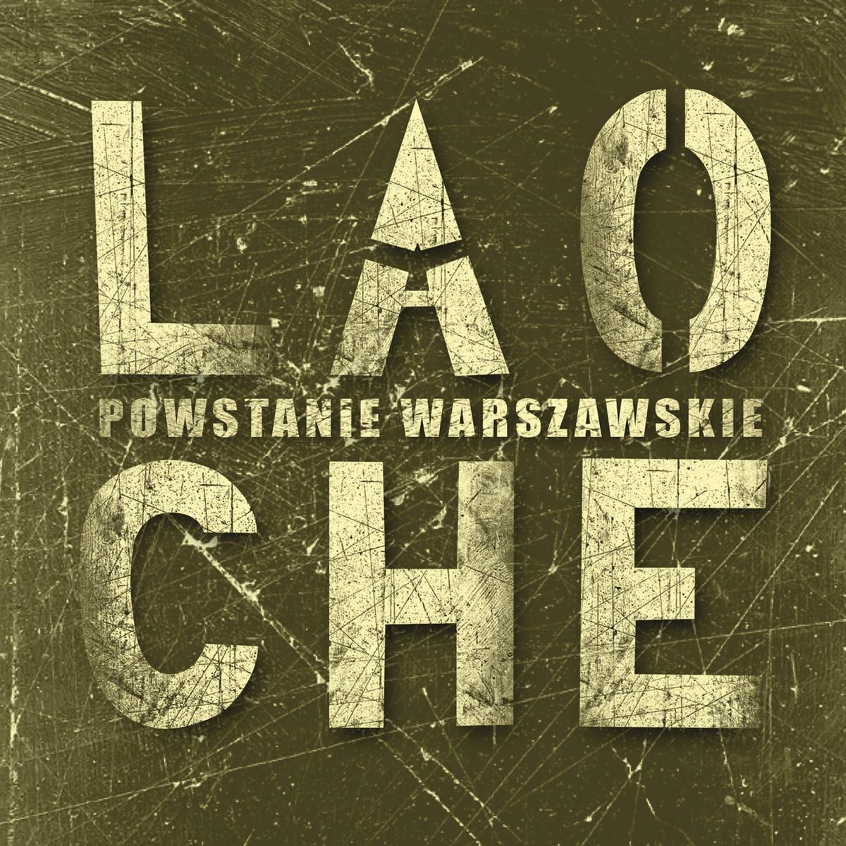"""Okładka albumu wykonana w stylu ciemnej kamiennej, porysowanej tablicy, na której znajduje się metalowy napis: """"Powstanie Warszawskie"""", a między nim nazwa zespołu."""