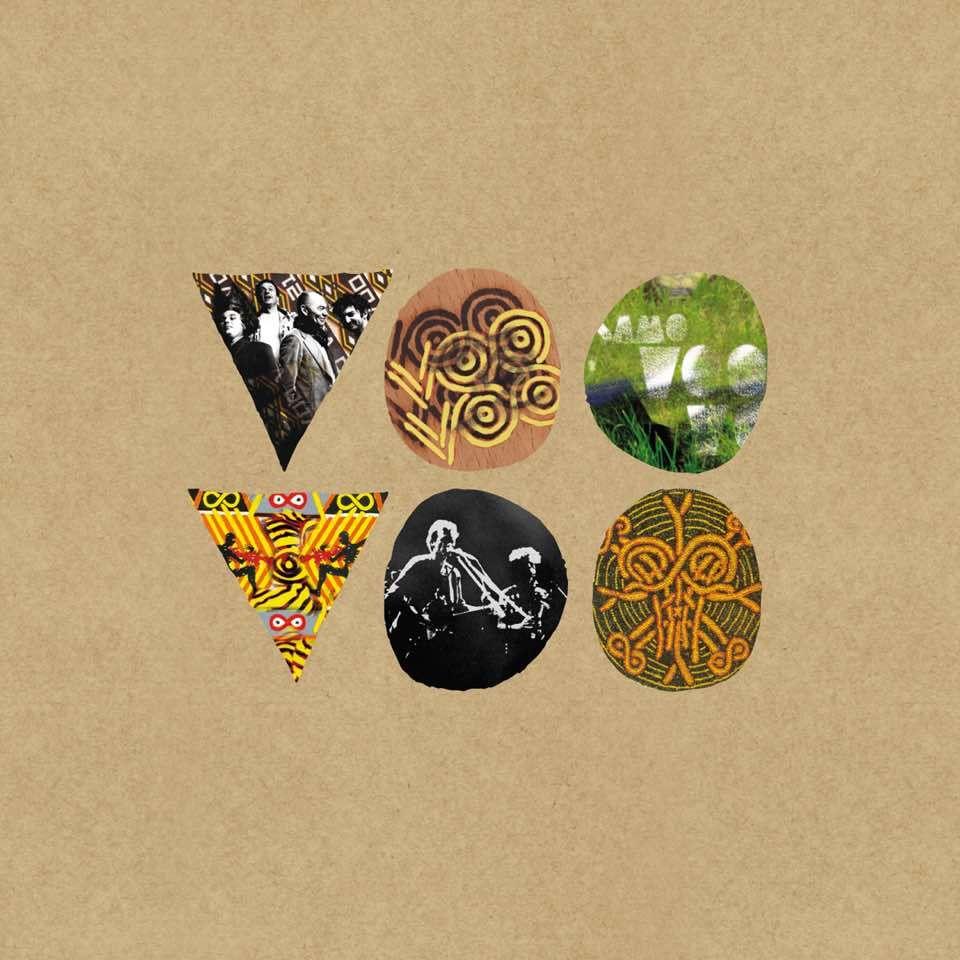 """Album płyty przedstawia napis: """"Voo Voo"""", stworzony z trójkątów i kół, umieszczonych na tekturze. Figury geometryczne wypełnione są grafikami i zdjęciami zespołu."""