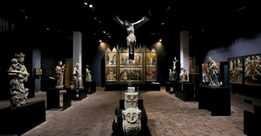 Sala muzealna, na jej końcu stoi tryptyk, przedstawiający motywy religijne, do niego prowadzi szpaler rzeźb świętych. Po środku sali znajdują się rzeźby zwierząt, nad nimi wisi rzeźba ukrzyżowanego Jezusa.