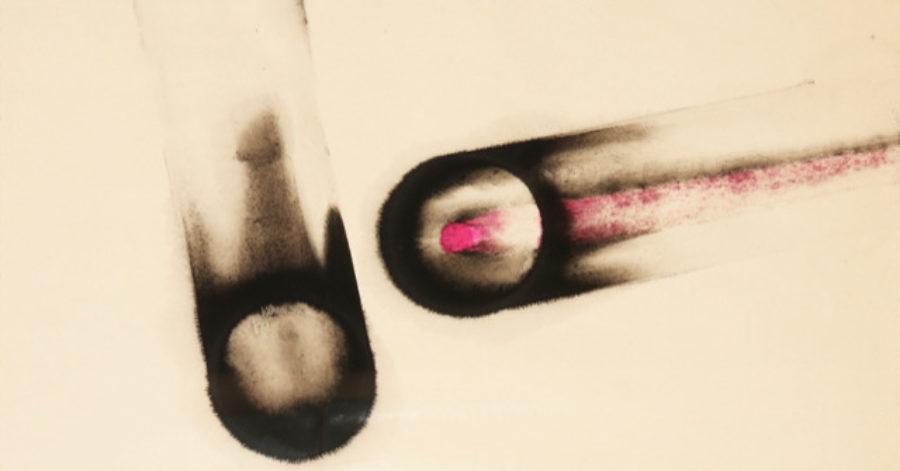 Obraz przedstawiający dwa podłużne kształty przypominające przezroczyste rurki, których końce zostały przypalone – są poczerniałe. W środku jednej rurki znajduje się fioletowy pręt.