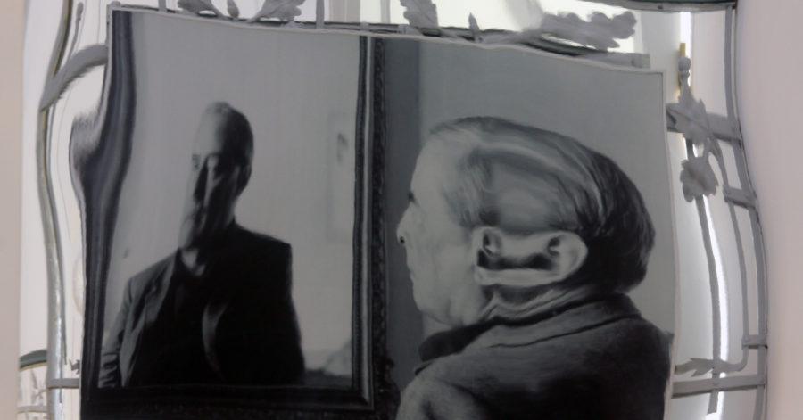 Zniekształcone zdjęcie, przedstawia mężczyznę przeglądającego się w lustrze.