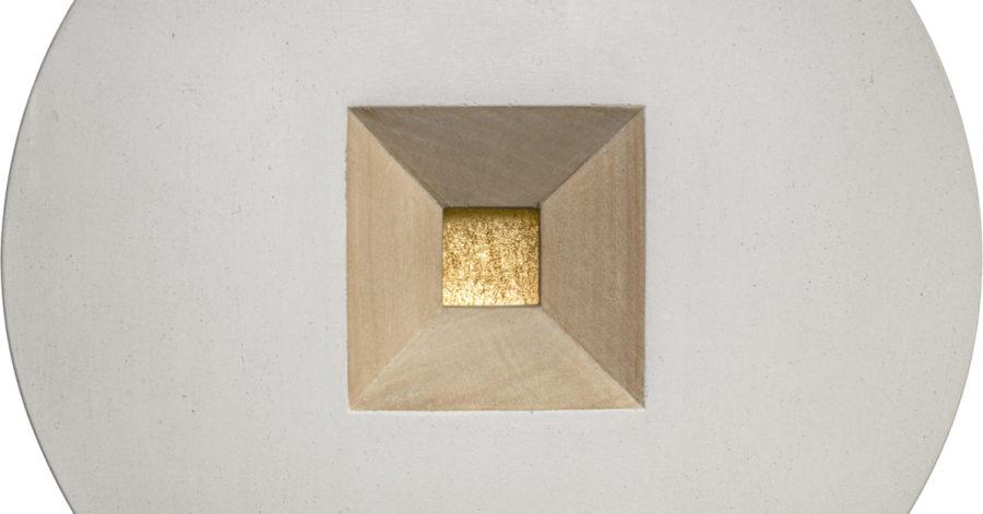 Grafika, na białym tle znajduje się szare koło, w którego centrum stoi drewniana piramida ze ściętym czubkiem. Płaski dach piramidy wykonany jest ze złota.
