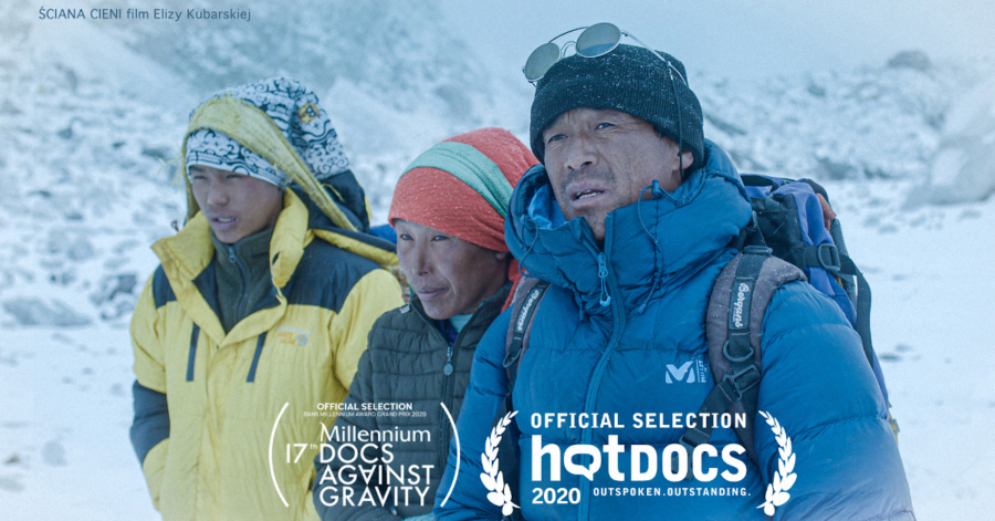 Trójka ludzi o azjatyckiej urodzie, ubranych w ciepłe ubrania. Chodzi po ośnieżonych górach.