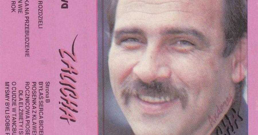 Fioletowa okładka płyty, po prawej stronie znajduje się portret uśmiechniętego mężczyzny w średnim wieku. Po lewej znajduje się lista utworów.
