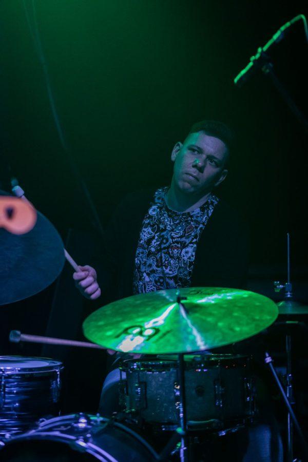Mężczyzna gra na perkusji w trakcie koncertu.