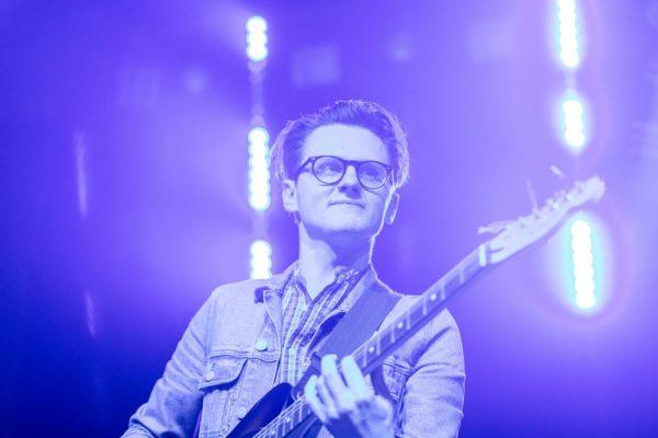 Mężczyzna gra koncert na gitarze elektrycznej.