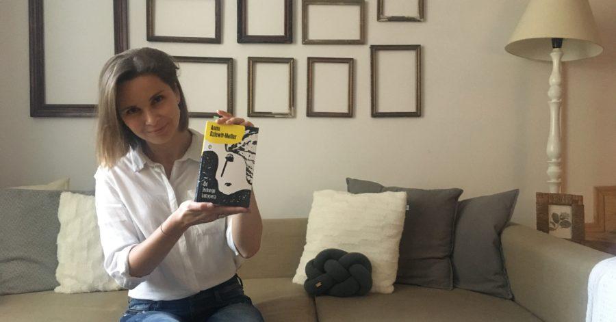 """Anna Dziewit-Meller pozuje z książką swojego autorstwa """"Od jednego Lucypera""""."""