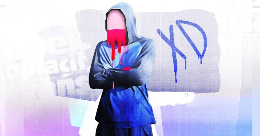 """Chłopiec w bluzie z założonym kapturem na głowie. W miejscu twarzy znajduje się kształt podzielony na pół w poziomie, przypomina flagę narodową. Dolna część twarzy kapie. W tle znajduje się graffiti """"XD""""."""