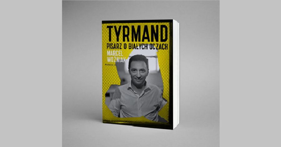 """Książka Marcela Woźniaka """"Leopold Tyrmand pisarz o białych oczach"""". Okładka przedstawia portret Tyrmanda wycięty w metalowej siatce."""