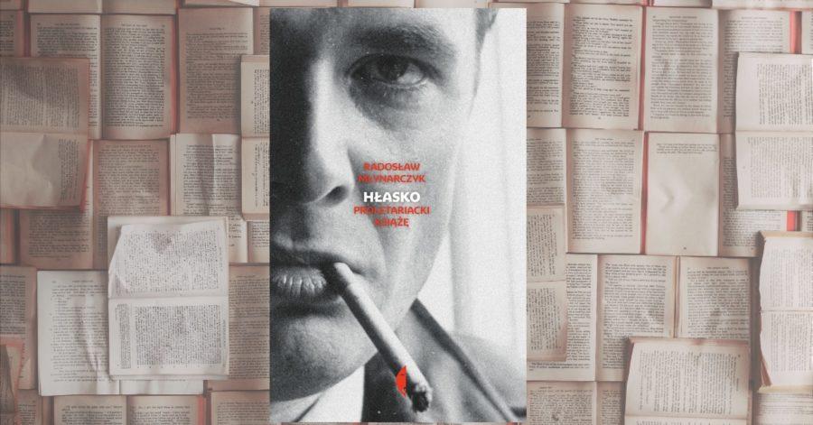 """Okładka książki Radosława Młynarczyka """"Hłasko Proletariacki Książe"""" na tle otwartych książek. Okładka przedstawia palącego Marka Hłasko w zbliżeniu, z uciętą ponad połową twarzy."""