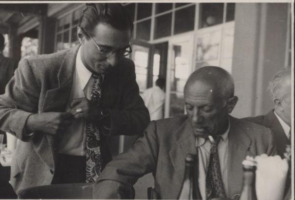Dwóch mężczyzn przygląda się czemuś poza kadrem.