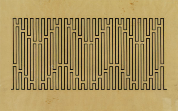 Rysunek składający się z prostokątnej linii, tworzącej prostokątny labirynt.