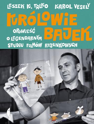 Okładka książki, mężczyzna ogląda narysowanych chłopców na przezroczystej folii, którą trzyma w ręce na wysokości wzroku. W drugiej ręce trzyma inny kawałek folii z rysunkami postaci, ręka jest opuszczona.