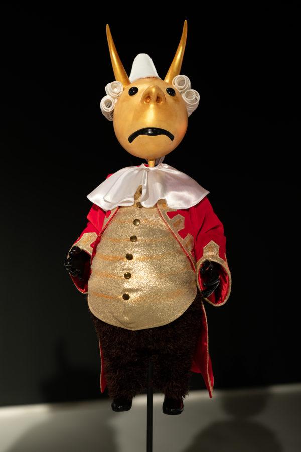 Lalka przedstawiająca złego lorda z rogami na głowie, przymocowana prętem do podłogi.