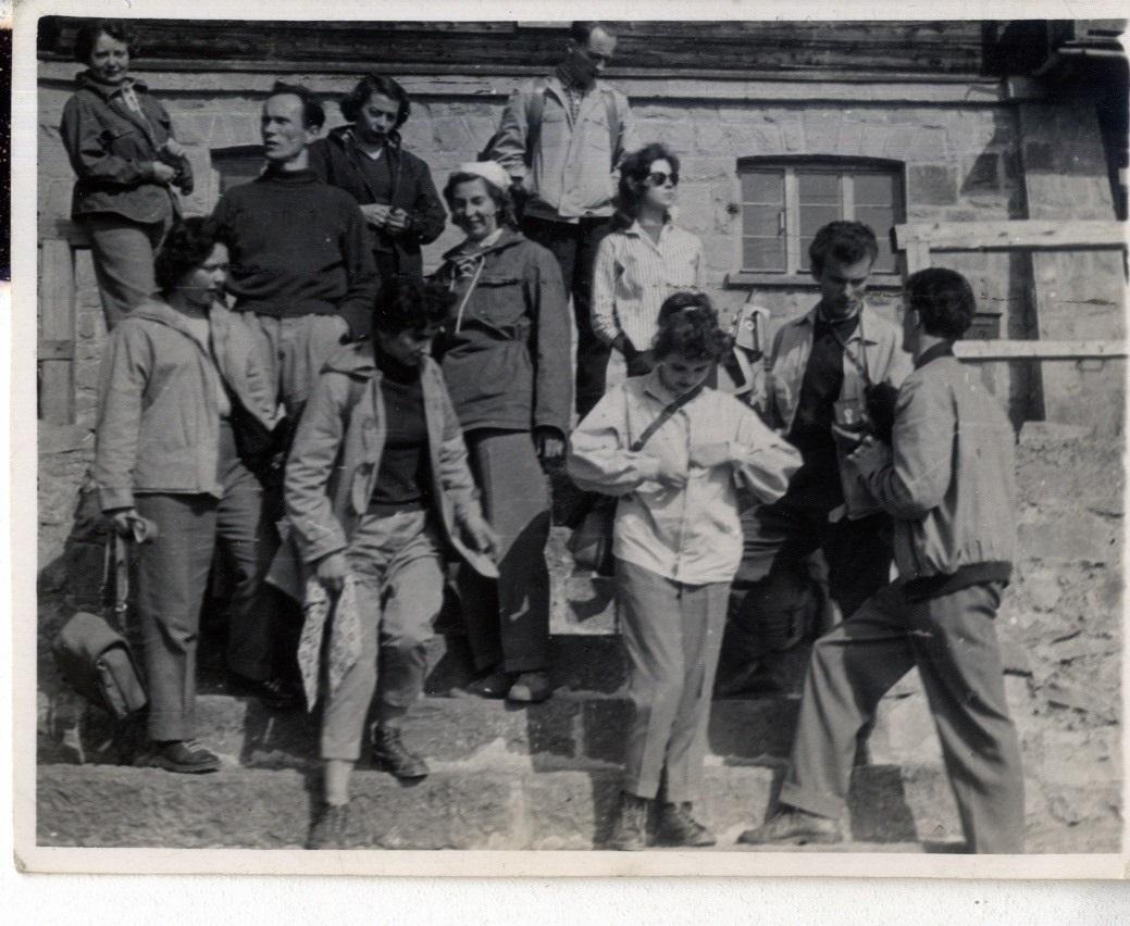 Grupa ludzi pozuje do zdjęcia.