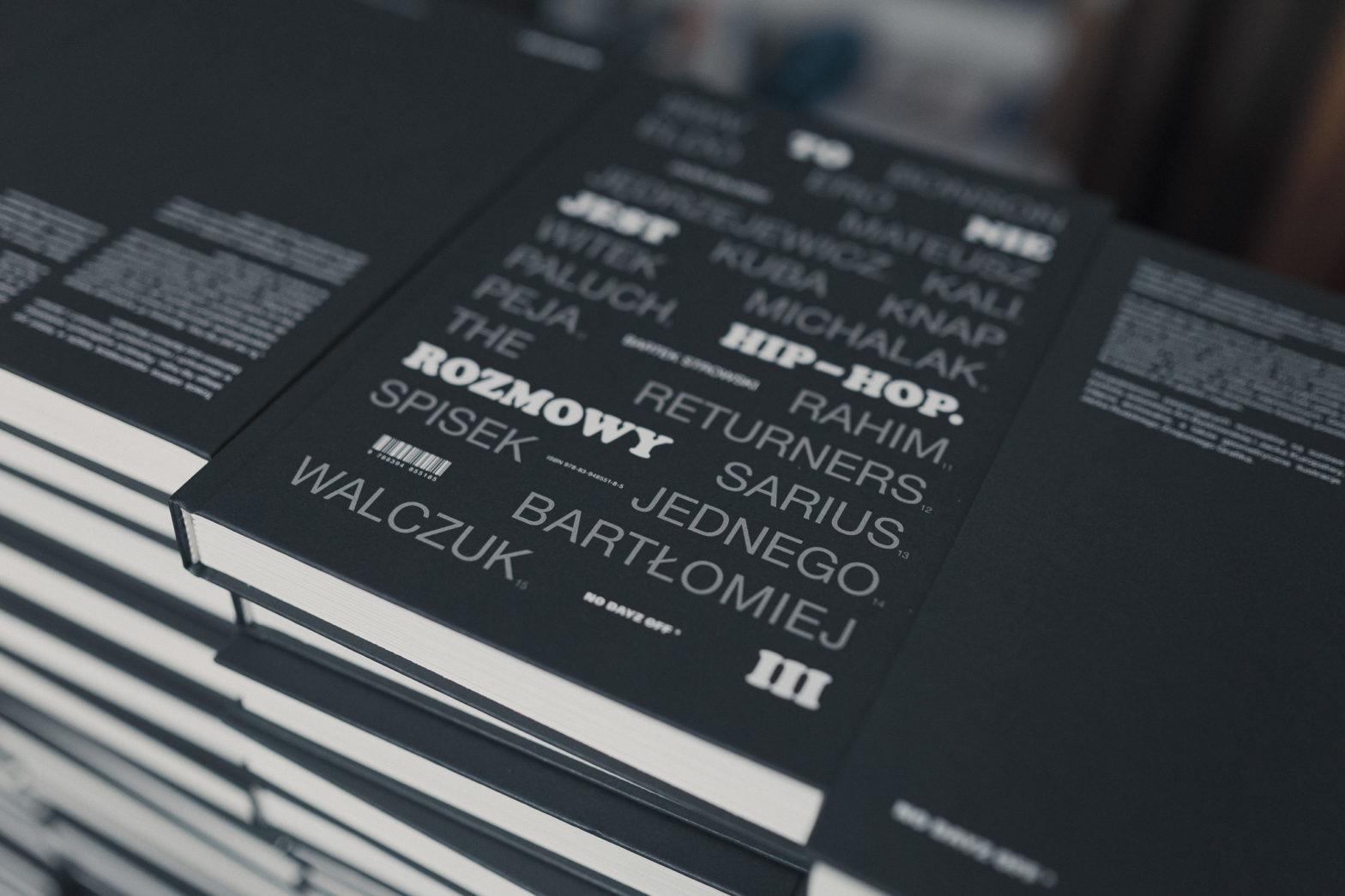 """Na czarnej okładce książki wydrukowane są pseudonimy raperów oraz pogrubiony tytuł """"To nie jest hip-hop. Rozmowy""""."""