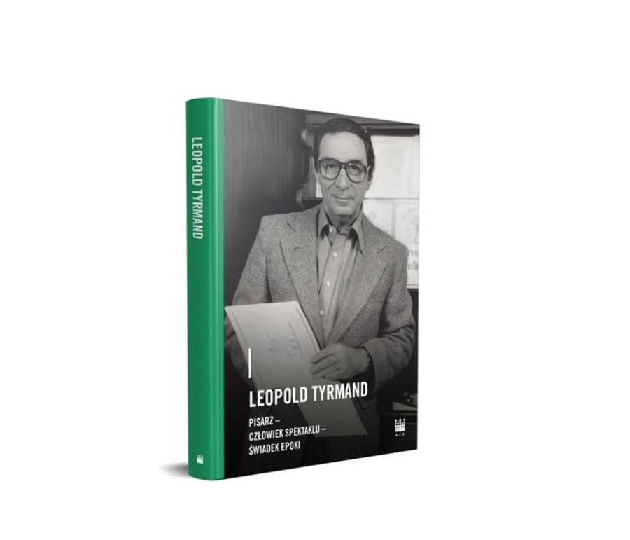 Okładka książki przedstawia elegancko ubranego mężczyznę, który trzyma w rękach dokumenty. Grzbiet książki jest koloru zielonego.