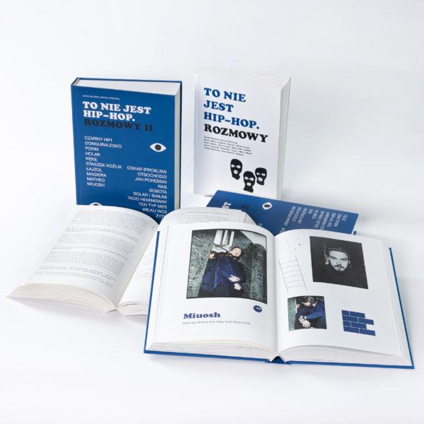 Okładki książek składające się głównie z napisów, na pierwszym planie leżą dwie otwarte książki, w jednej widać tekst, w drugiej - zdjęcia raperów.