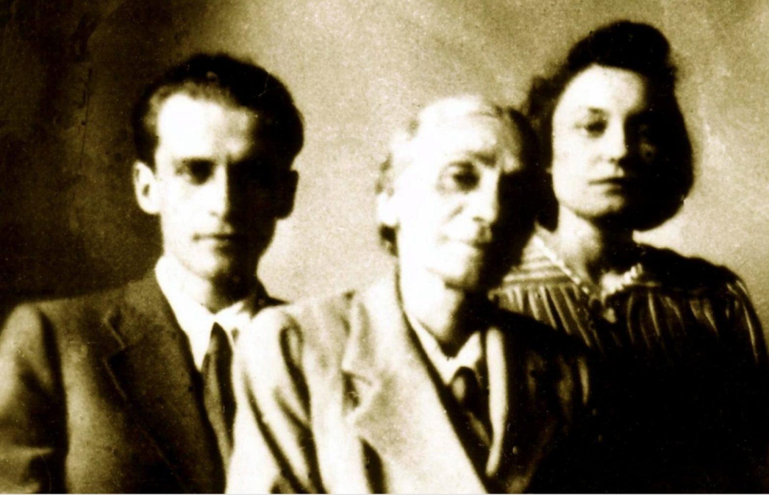 Wyblakła fotografia przedstawia trójkę pozujących ludzi.