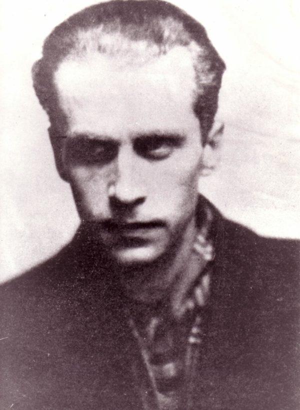 Stare zdjęcie portretowe przedstawia mężczyznę.