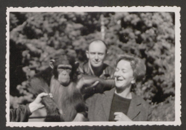 Uśmiechnięta Wiesława Szymborska pozuje z szympansem
