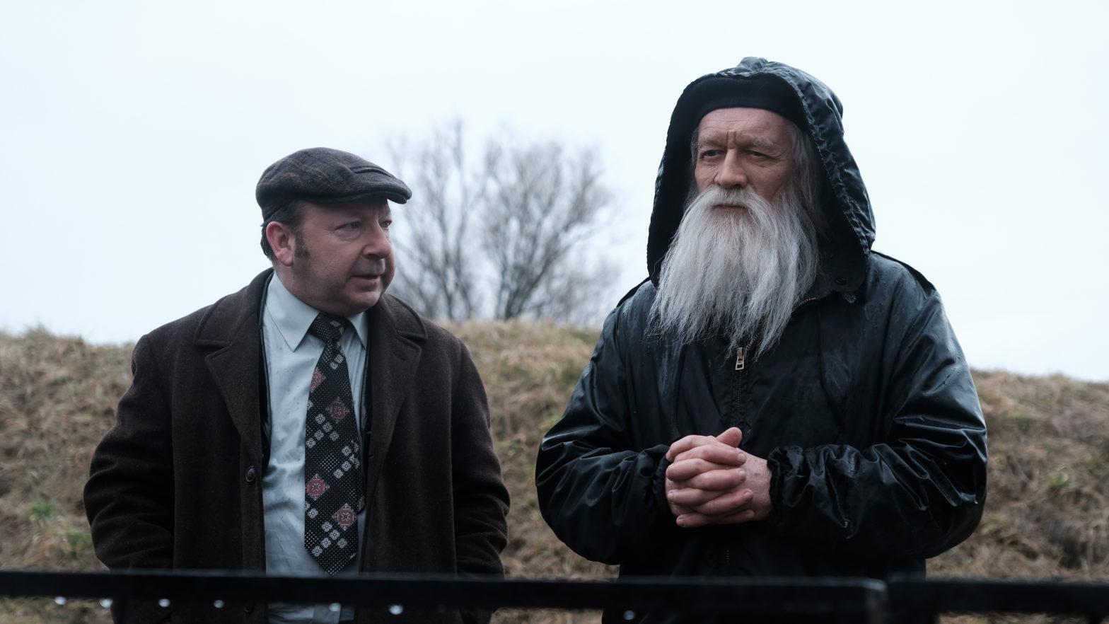 Kadr z filmu, dwóch mężczyzn rozmawia na łonie natury.