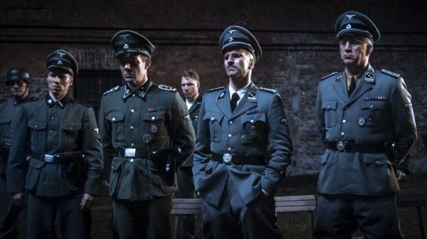 Kadr z filmu, grupa oficerów niemieckich przygląda się czemuś.