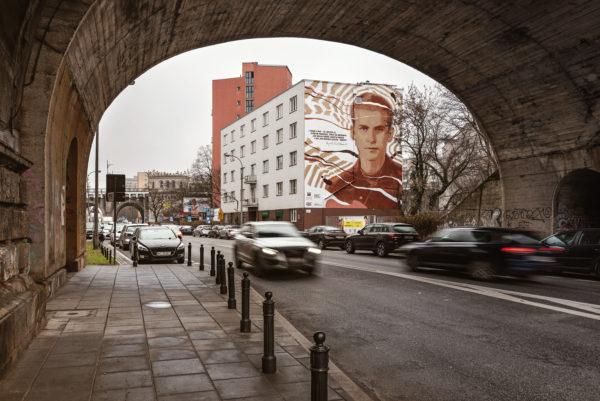 Mural widziany z perspektywy przechodnia.