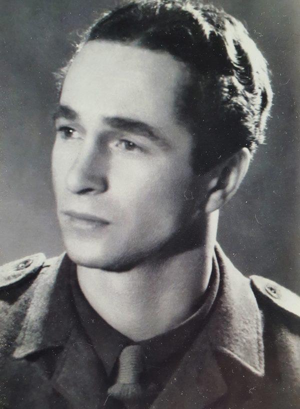 Czarnobiały portret młodego mężczyzny w mundurze.