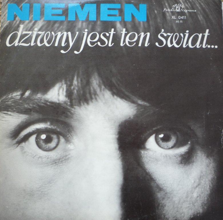 """Okładka albumu przedstawia fragment twarzy mężczyzny, na górze znajduje się napis: """"Niemen, dziwny jest ten świat""""."""