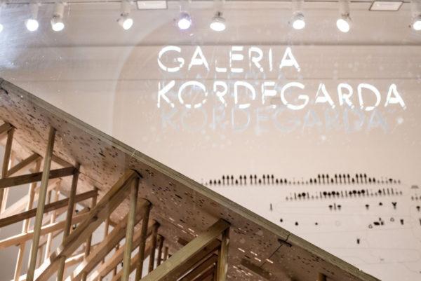 Fragment ekspozycji przedstawia drewnianą konstrukcje w Galerii Kordegarda