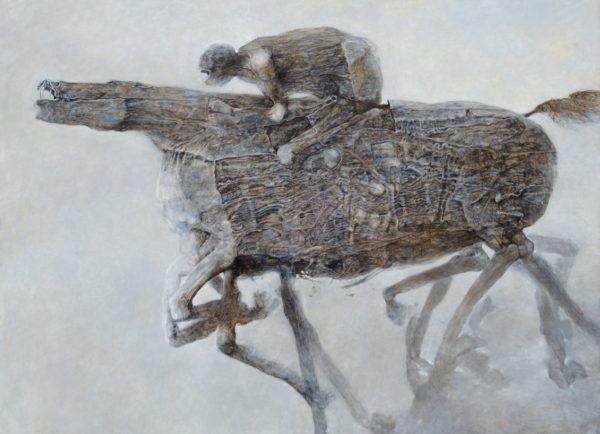 Człowiek siedzi na galopującym koniu.