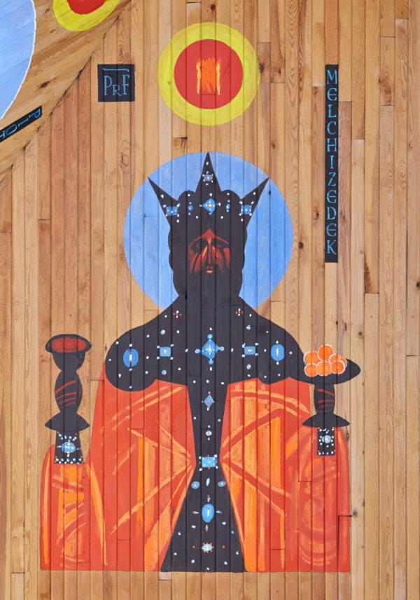 Portret mężczyzny z aureolą, namalowany na drewnianej ścianie.