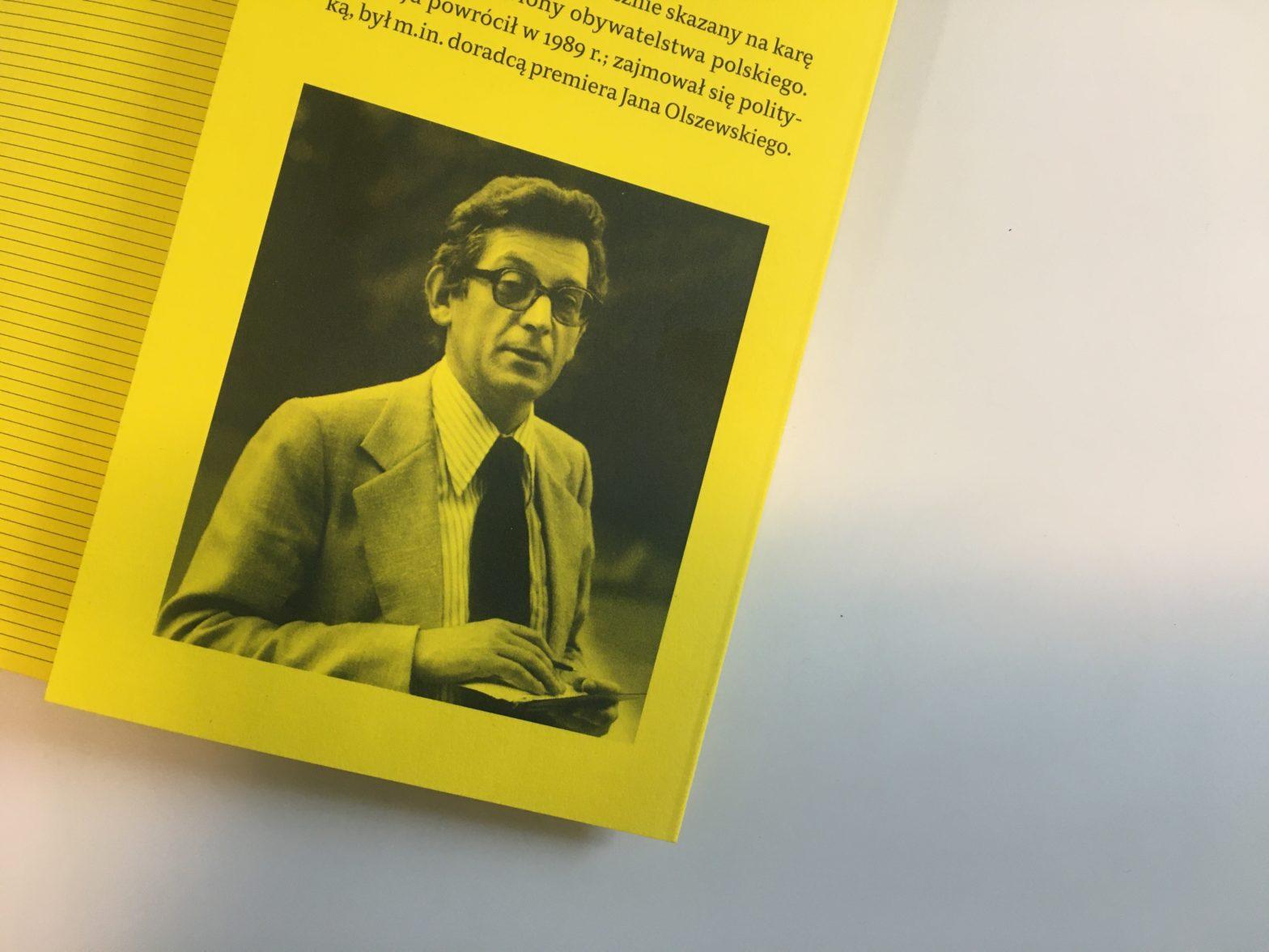 Rewers okładki przedstawia zdjęcie elegancko ubranego mężczyzny, nad zdjęciem znajduje się notka.