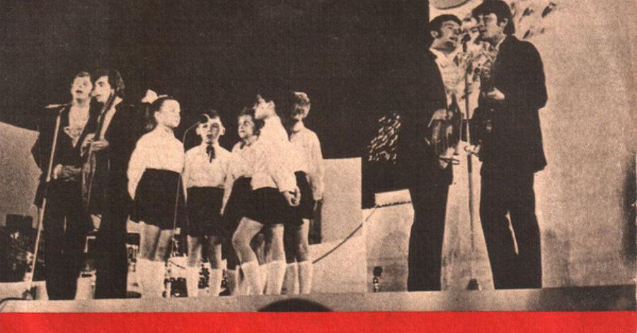 """Okładka płyty zespołu """"Czerwone Gitary"""" przedstawia muzyków występujących na scenie podczas koncertu w Sopocie."""