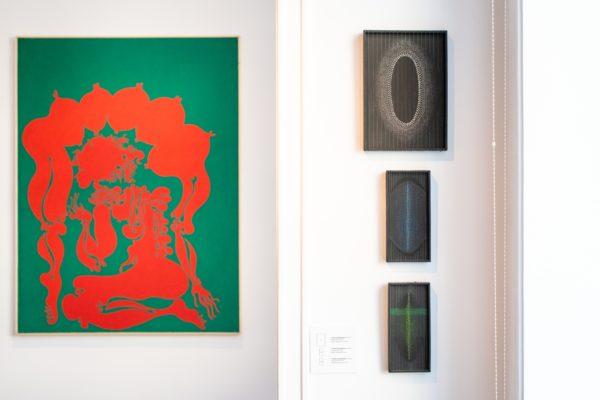 Fragment ekspozycji: kolorowe obrazy abstrakcyjne.