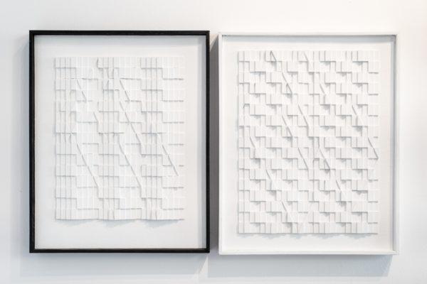 Fragment ekspozycji: białe wypukłe obrazy.
