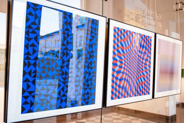 Obrazy abstrakcyjne w ramkach - fragment ekspozycji.
