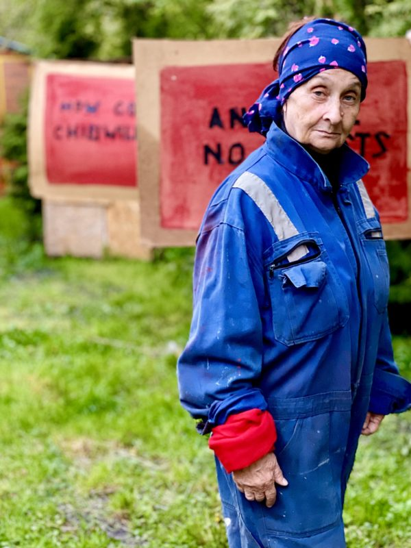 Kobieta w stroju roboczym.