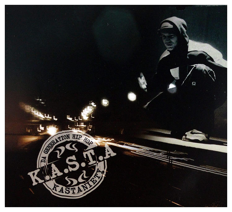 """Okładka płyty zespołu """"K.A.S.T.A"""", na pierwszym planie znajduje się mężczyzna dresie. W tle znajduje się rozmazane światło lamp ulicznych"""