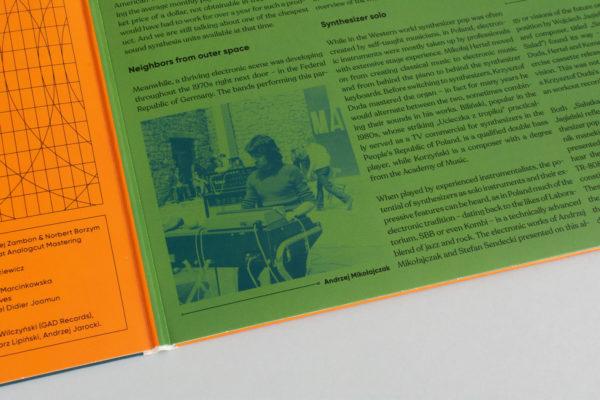 Zbliżenie na zdjęcie znajdujące się wewnątrz okładki płyty. Zdjęcie przedstawia mężczyznę występującego w miejscu publicznym.