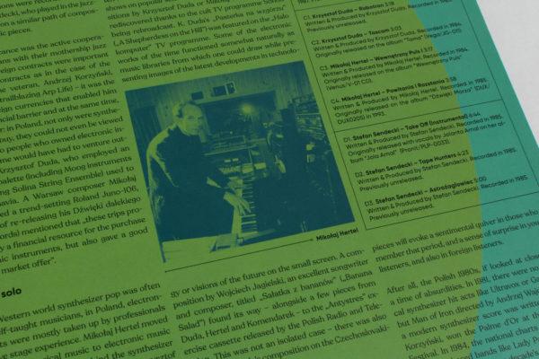 Zbliżenie na zdjęcie znajdujące się wewnątrz okładki płyty. Zdjęcie przedstawia mężczyznę grającego na pianie.