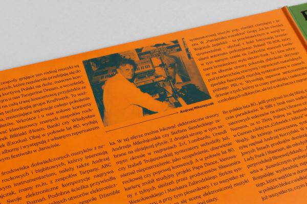 Zbliżenie na zdjęcie znajdujące się wewnątrz okładki płyty. Zdjęcie przedstawia mężczyznę pozującego na tle syntezatorów.