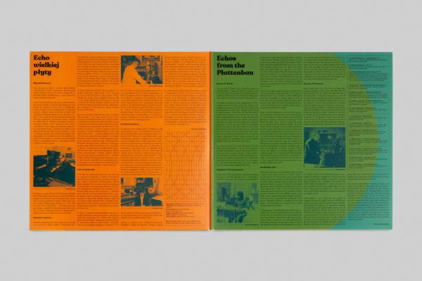 Wnętrze okładki płyty przedstawia tekst i zdjęcia w czeroszpaltowym układzie na każdej ze stron.
