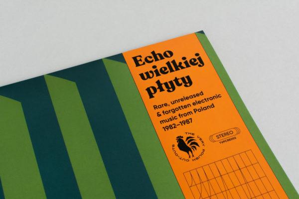 """Zbliżenie na pełny tytuł płyty na okładce, którzy brzmi: """"Echo wielkiej płyty. Rare, unreleased & forgotten electronic music from Poland 1982-1987""""."""