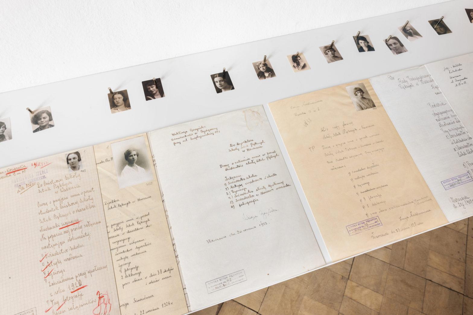 Fragment ekspozycji - ułożone w rzędzie podania o przyjęcie na uczelnie.
