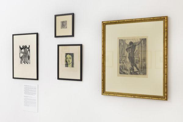 Fragment ekspozycji, rysunki zawieszone na białej ścianie oprawione w ramki.
